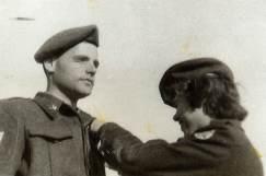 ידידה, רעייתו, עונדת לו כנפיים, 1954