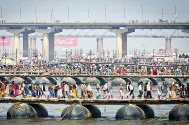 מאמינים באל אחד. אינדים בדרכם לפסטיבל הקומבה-מלה באלאבאד 2013. צילום: פלאש 90