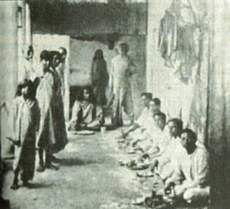 פינת האכילה בקומה השנייה באשרם של שְרי יוּקטֶשוַור בסֶרַמְפּוֹר. אני יושב (במרכז) לרגלי הגורו שלי